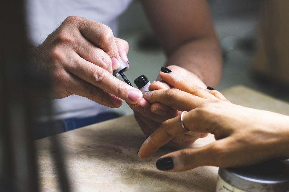 nakładanie zwykłego lakieru do paznokci